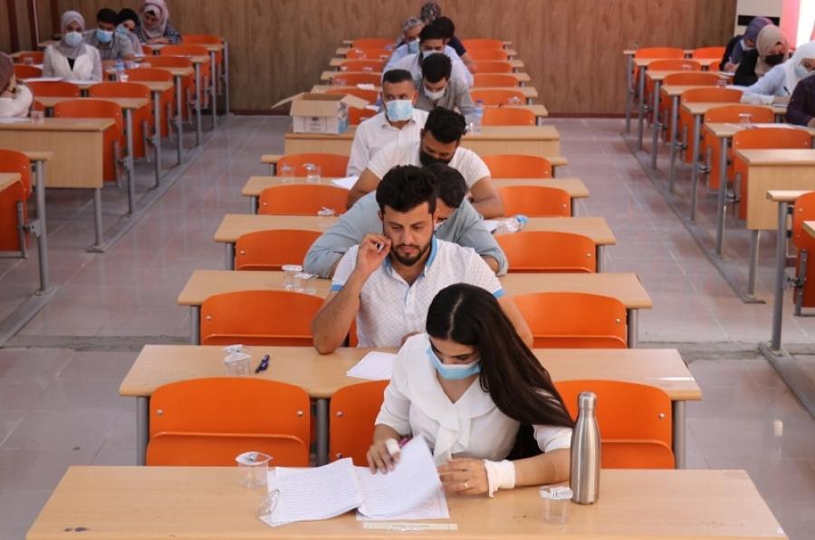 رئيس الجامعة ومساعداه يشرفون على الامتحانات النهائية الحضورية في كليات الجامعة