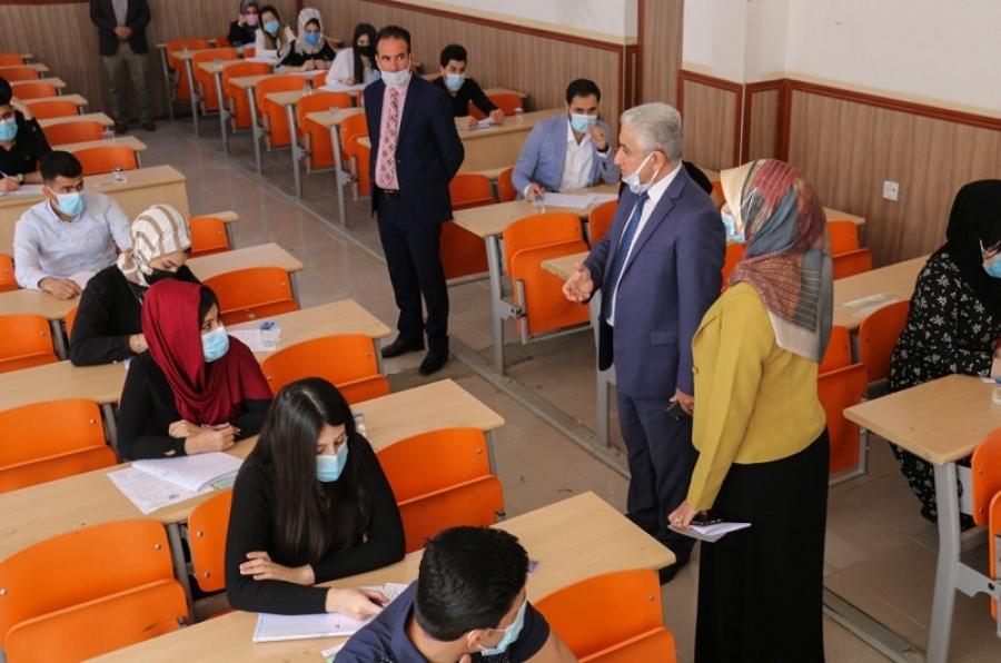 رئيس الجامعة يشرف على الامتحانات الحضورية لطلبة الدراسة الاولية