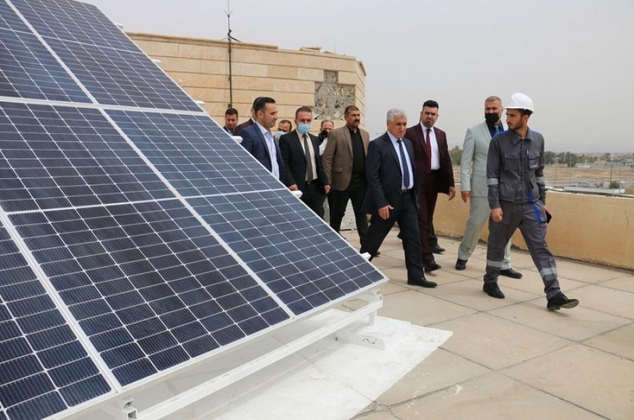 ضمن خطة الجامعة للتحول إلى استخدام الطاقة البديلة..  رئيس الجامعة يفتتح منظومة للطاقة الشمسية في مبنى رئاسة الجامعة