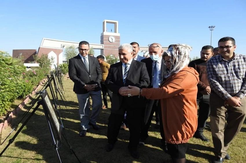 رئيس الجامعة يفتتح معرضاً للاعمال الفنية في مديرية الاقسام الداخلية