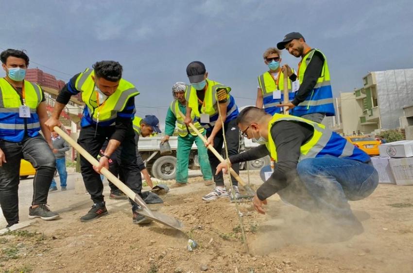 احد منتسبي الاقسام الداخلية يشارك بزراعة 400 شجرة في كركوك الذي اقامه صندوق الاعمال بالتعاون مع منظمة شباب بلا حدود